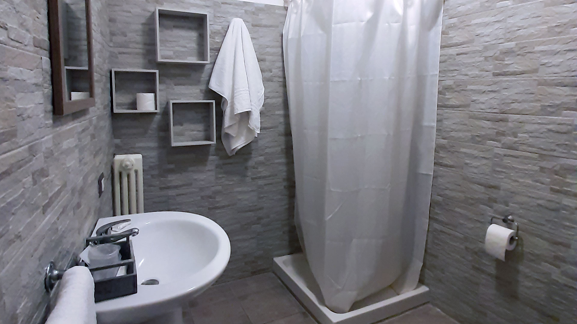Le camere (bagno con doccia)